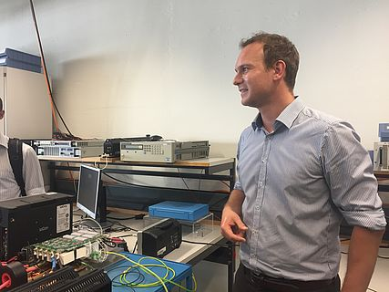 Georg Oberholzer explains the electronics of the turbo compressor at the Zurich partner meeting of INN-BALANCE